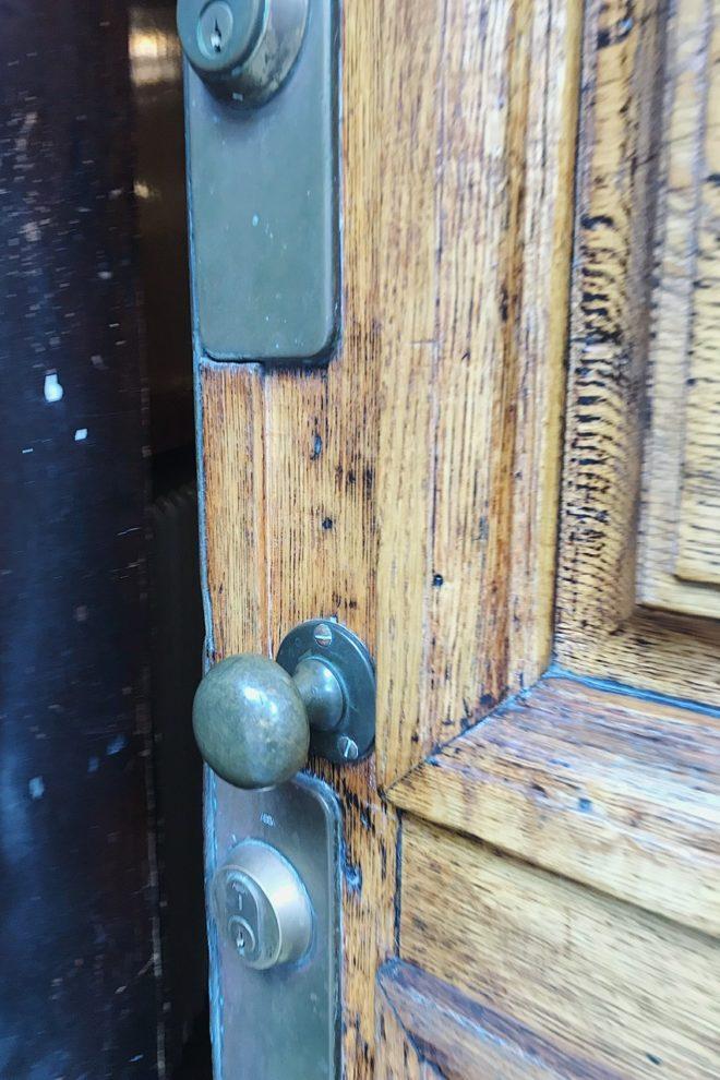 vacker entredörr till fastigheten Oscar Jacobson bor i
